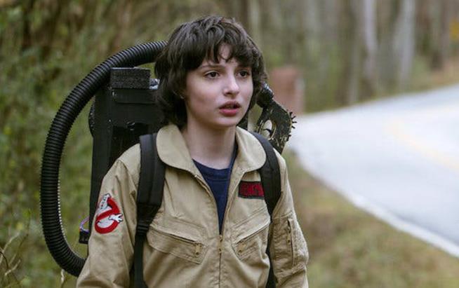 Finn Wolfhard vestito da Acchiappafantasmi in una scena della seconda stagione di Stranger Things