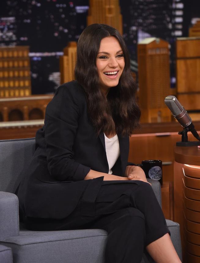 Primo piano di Mila Kunis ospite in uno show TV