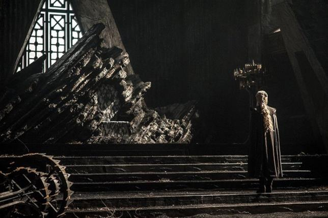 Daenerys dinanzi il Dragonstone throne