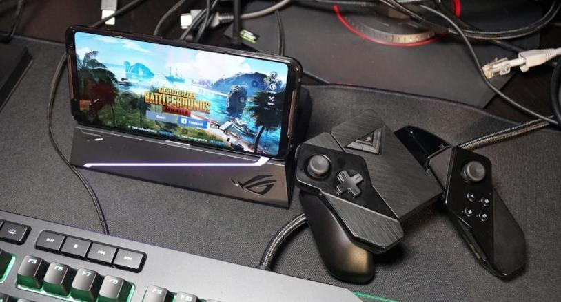 Asus ROG Phone 2 insieme al controller Kunai