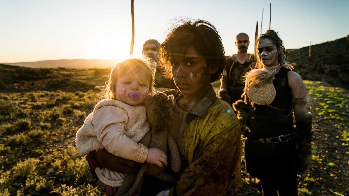 La bambina del protagonista di Cargo e alcuni aborigeni