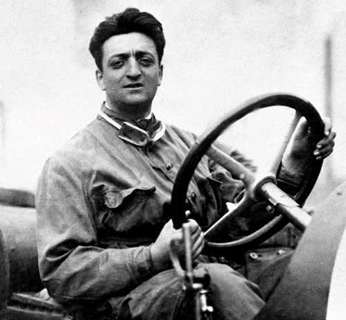 Enzo Ferrari guida l'auto