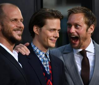 Gustaf e Bill Skarsgård sorridono mentre Alexander fa una smorfia buffa