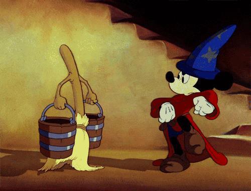 Topolino si muove insieme a una scopa con i secchi in Fantasia