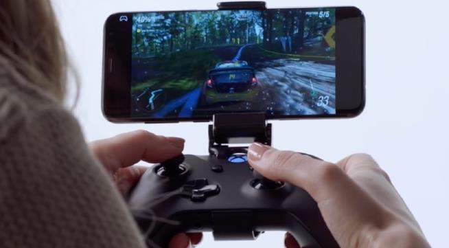 Il controller per Xbox One utilizzato con uno smartphone