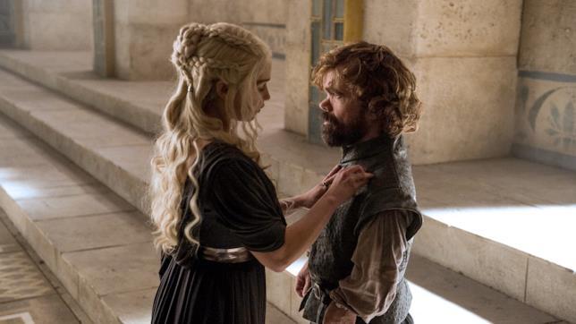 Emilia Clarke e Peter Dinklage sul set di Game of Thrones