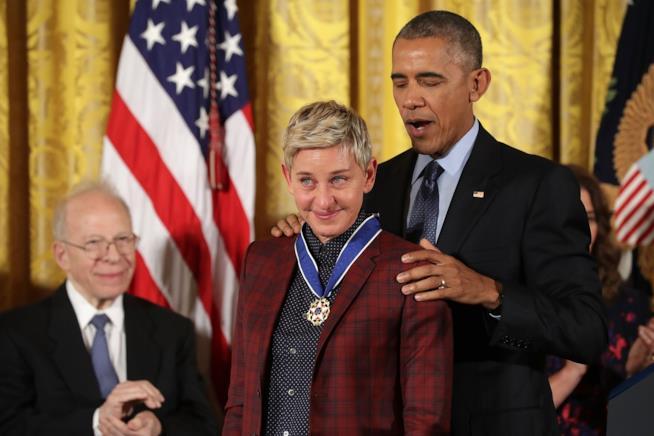 Ellen riceve un premio dall'allora Presidente Barak Obama