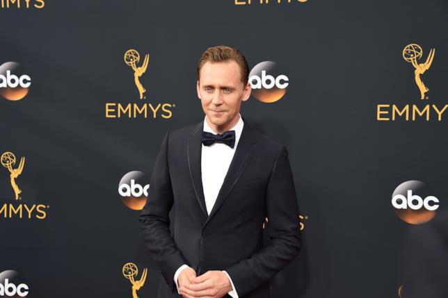 Primo piano di Tom Hiddleston agli Emmy 2016