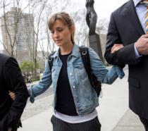 Allison Mack con gli avvocati fuori dal tribunale