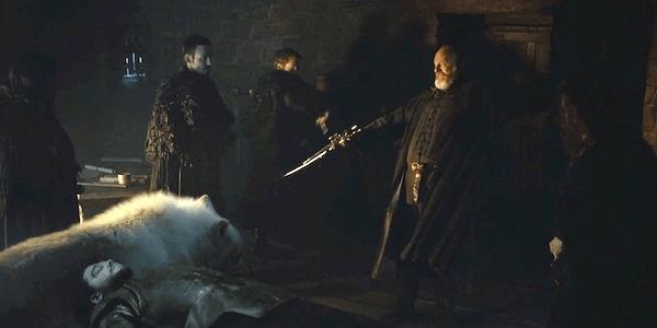 Davos e Spetto vegliano sul corpo esanime del lord comandante dei Guardiani della Notte Jon Snow