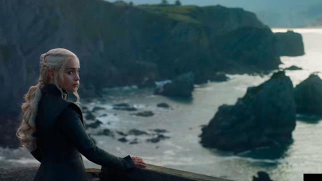 Daenerys che fissa un punto indefinito pensierosa