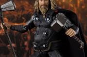 L'action figure di Bro Thor da Avengers: Endgame. il Dio del Tuono impugna i due suoi martelli