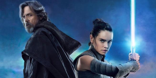 Allieva e maestro: Rey con la sua lightsaber e Luke Skywalker