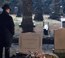 Red Reddington davanti alla tomba di Liz