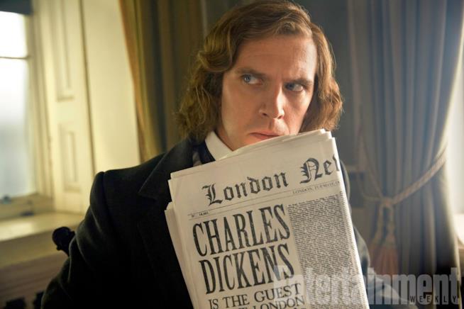 Dan Stevens in una scena de L'uomo che inventò il Natale, in cui impersona lo scrittore Charles Dickens