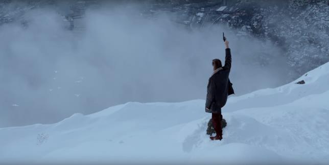 L'Uomo di Neve, Val Kilmer spara un colpo in aria tra la neve