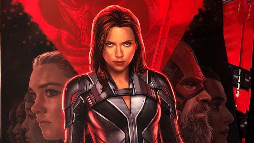 Vedova Nera nel poster promozionale, a tinte rosse, di Black Widow