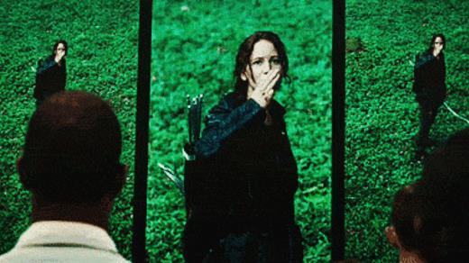 Katniss fa il segno della rivoluzione