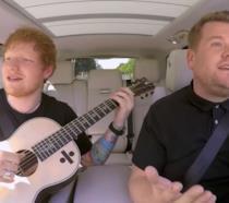 Ed Sherran e James Corden in auto durante le riprese di Carpool Karaoke