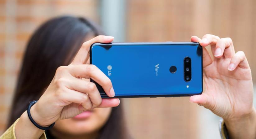 Una foto dello smartphone V40 di LG