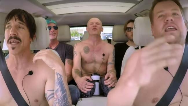 I Red Hot Chili Peppers e James Corden durante il Carpool Karaoke