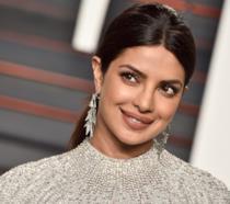 Priyanka Chopra elegantissima e sorridente a un evento ufficiale