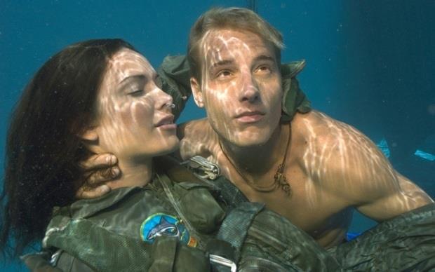 Justin Hartley nei panni di Aquaman
