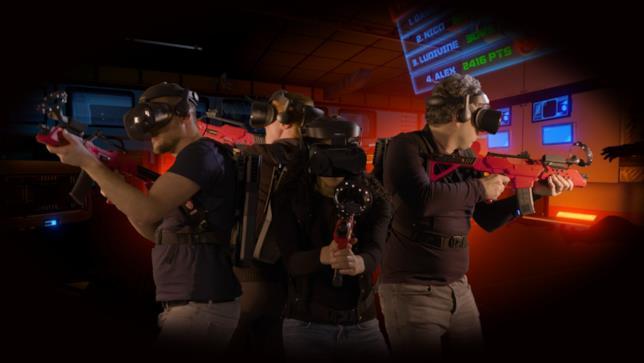 Un team impegnato a cacciare gli zombi nella VR Collaborativa di Parigi