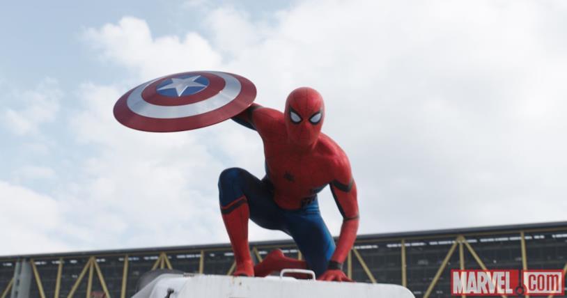 Il nuovo Spider-Man con lo scudo di Cap in Capitan America: Civil War