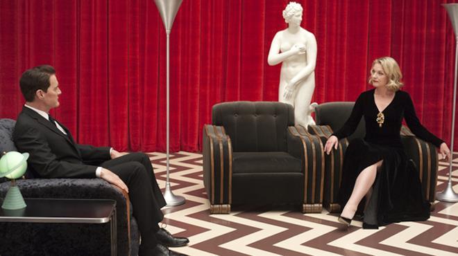 Dale Cooper e Laura Palmer seduti sulle rispettive poltrone si scrutano tra loro