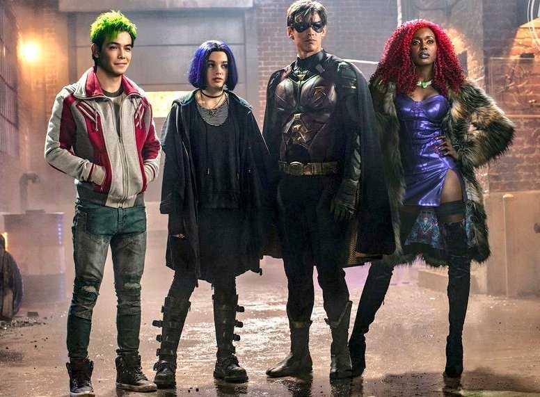 Il gruppo dei Titans a immagine intera sullo sfondo di un muro di mattoni e un lampione