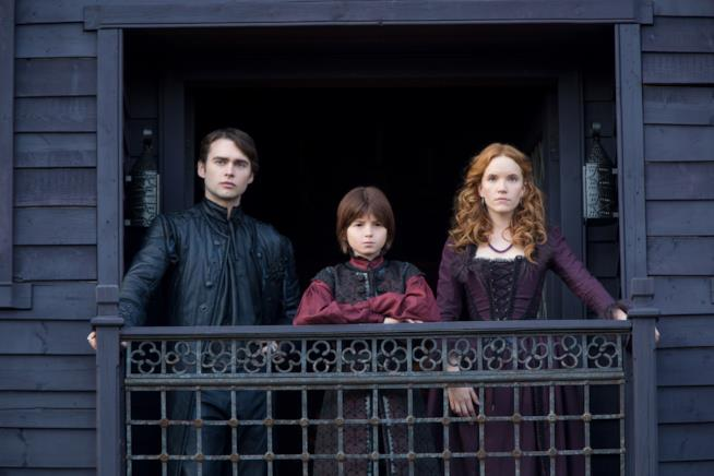 Lo stregone Sebastian, la strega Anne e il diavolo osservano Salem