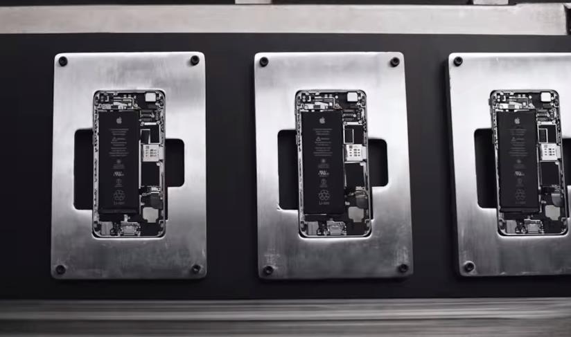 Componenti interni di iPhone, screen dal video Liam - An Innovation Story