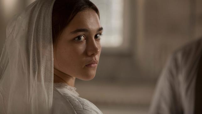 Florence Pugh interpreta Katherine vestita da sposa