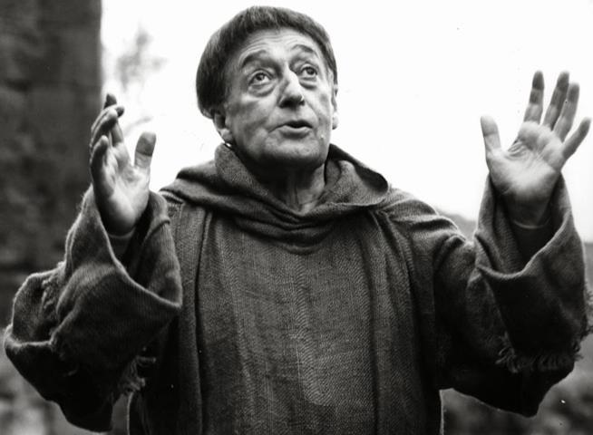 Mezza figura di Totò in una scena del film Uccellacci e uccellini (1966) di Pier Paolo Pasolini