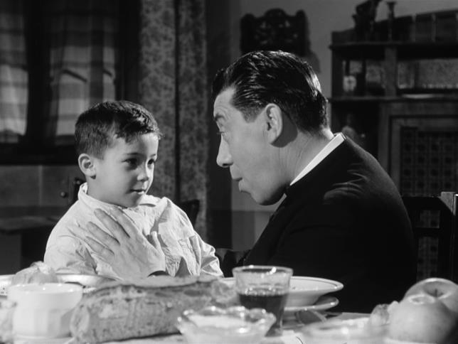 Fernandel in una scena del film