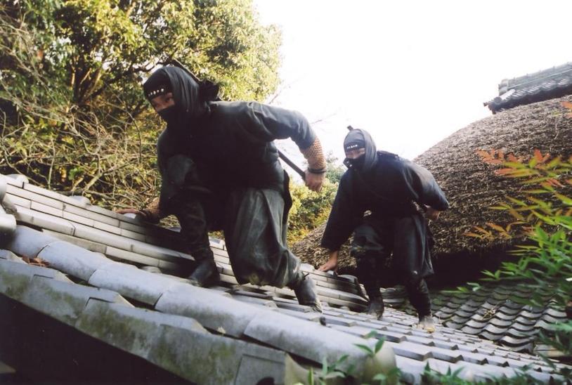 Dei ninja si muovono furtivamente sui tetti