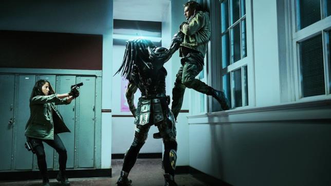 Olivia Munn tenta di salvare Boyd Holbrook in una scena del film The Predator