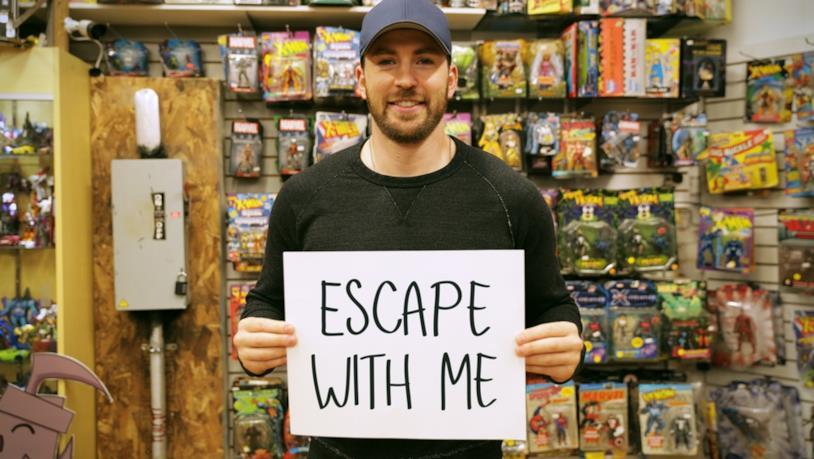 Chris Evans con il cartello della Escape Room