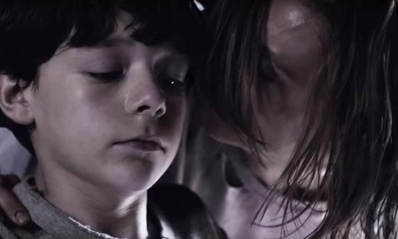 Outcast: Kyle bambino insieme alla madre
