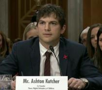 Primo piano di Ashton Kutcher durante il suo intervento