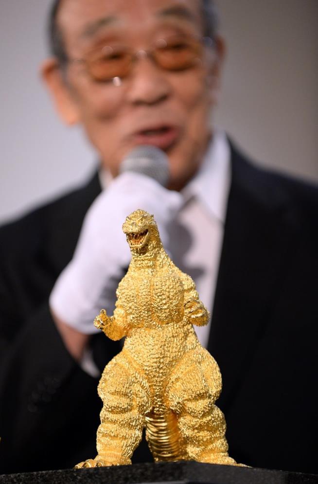 Haruo Najajima e una statua d'oro di Godzilla di 15 chili