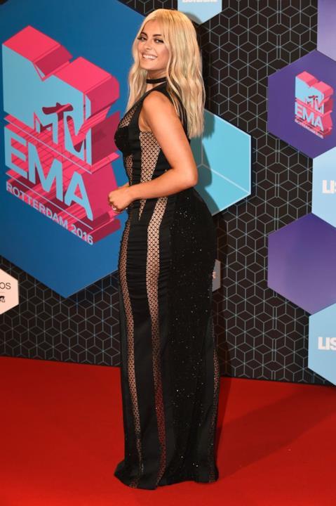 Abito nero con spacchi e reti per Bebe Rexha agli MTV EMA 2016