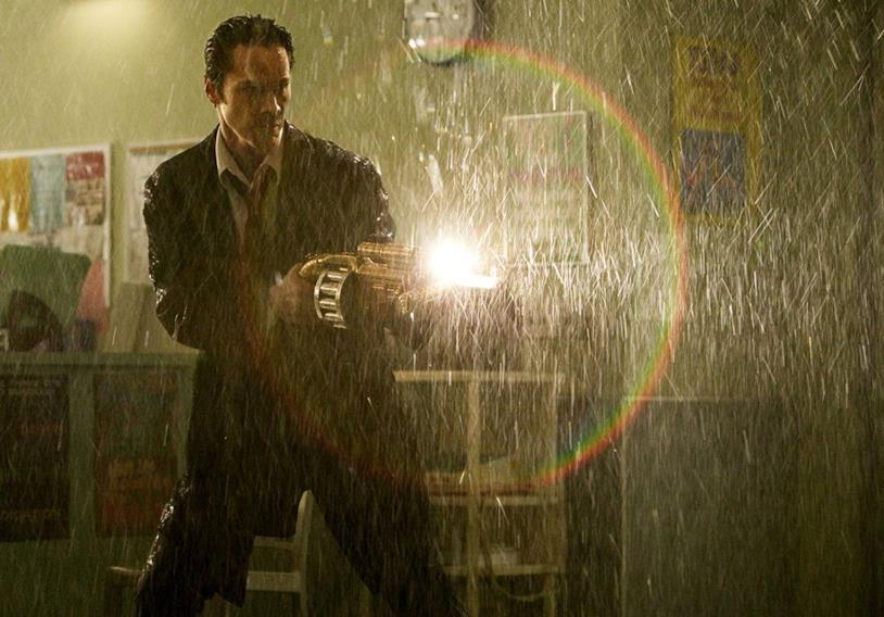 Keanu Reeves sotto la pioggia in una scena del film Constantine