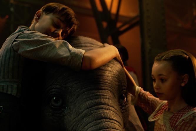 Dumbo e i suoi amici umani nel film Disney