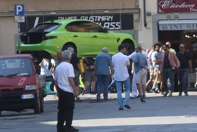 L'auto Alfa Giulia color verde ramarro sul set fiorentino del film Six Underground