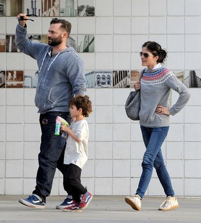 Selma Blair cammina con il figlio e l'ex compagno