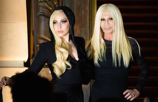 Lady Gaga e Donatella Versace, unite nella vita e sul set
