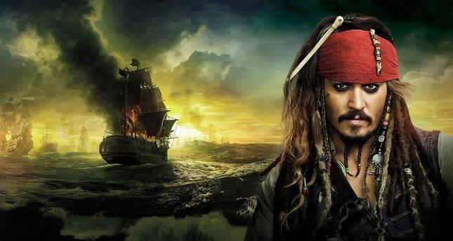 Jack Sparrow e sullo sfondo un oceano di navi da guerra