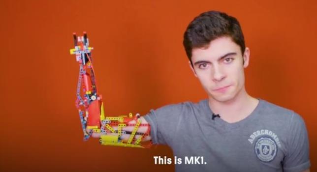 Han Solo mostra la protesi del braccio che si è costruita con i pezzi di LEGO Technic
